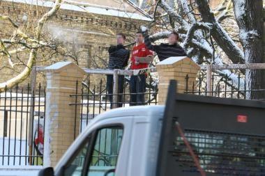 Vairuotojas nubaudė sniegą į mašinas mėčiusį vaiką