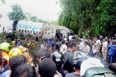 Indonezijoje lėktuvas tūpdamas nuslydo į upę, sužeista 20 žmonių