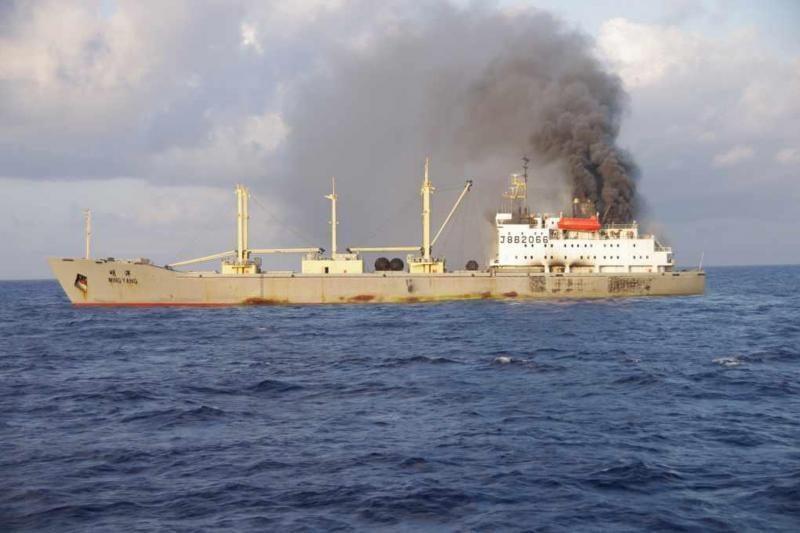 Japonai iš degančio krovininio laivo išgelbėjo 64 kinų jūrininkus