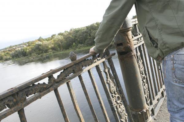 """Dėmesio pritrūkę """"savižudžiai"""" grasina nušokti nuo tiltų"""