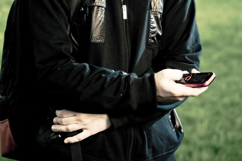 Paauglę sumušė dėl telefono