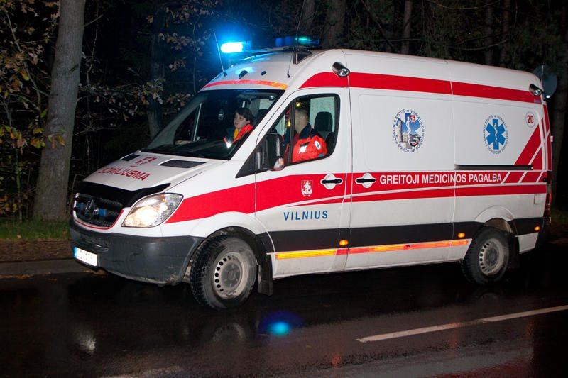 Vilniuje motociklininkas rėžėsi į medį ir susižalojo stuburą