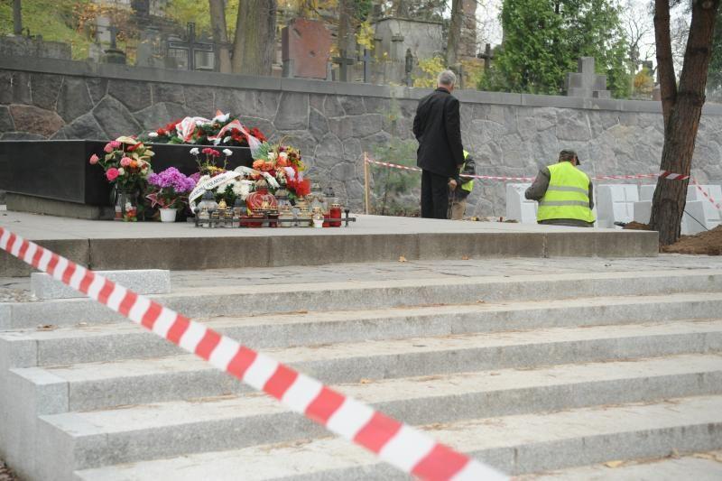 5 jaunuoliams pareikšti įtarimai dėl J. Pilsudskio kapo išniekinimo