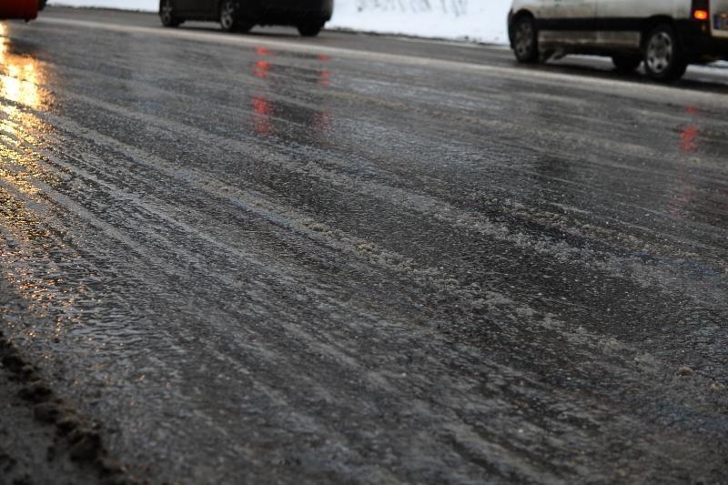 Klaipėdos rajone vienas šalia kito nuo kelio nulėkė 4 automobiliai