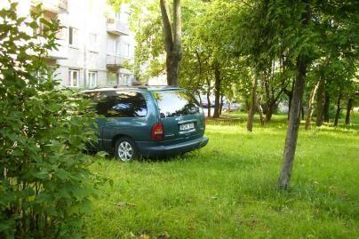 Žalias vejas niokoja automobiliai
