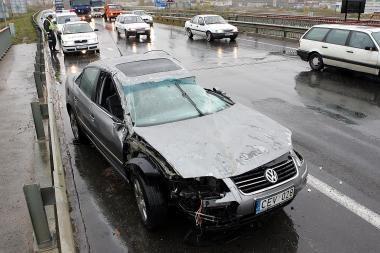 Šįryt per avariją apsivertė lengvasis automobilis