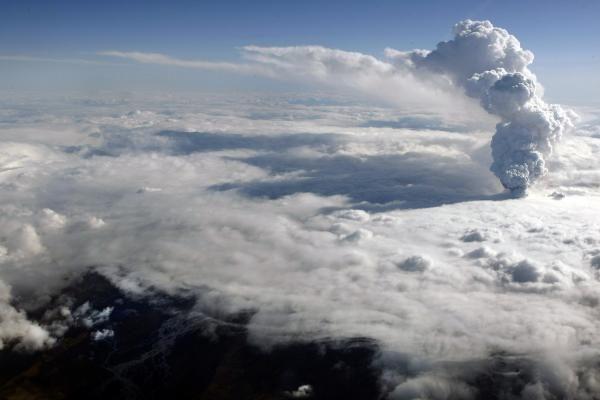 Islandijoje veržiasi trys ugnikalnio krateriai, išmetama mažiau pelenų