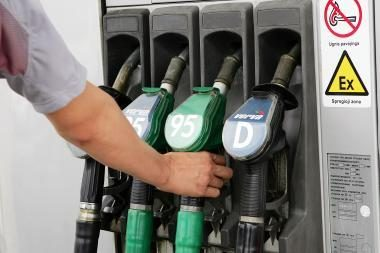 Didmenininkai Lietuvoje degalus atpigino, bet dauguma degalinių kainų nekeitė