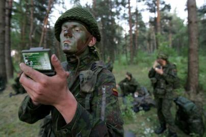 Keli šimtai Vilniaus moksleivių kelias savaites praleis stovykloje su kariais