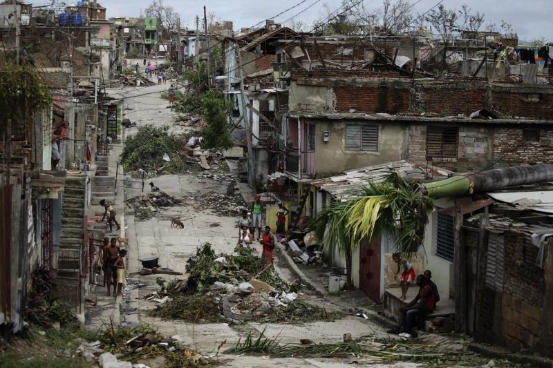"""Karibuose 44 gyvybes nusinešęs uraganas """"Sandy"""" artėja prie JAV"""