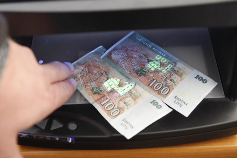Už netikrų pinigų platinimą į teisiamųjų suolą sės penki klaipėdiečiai