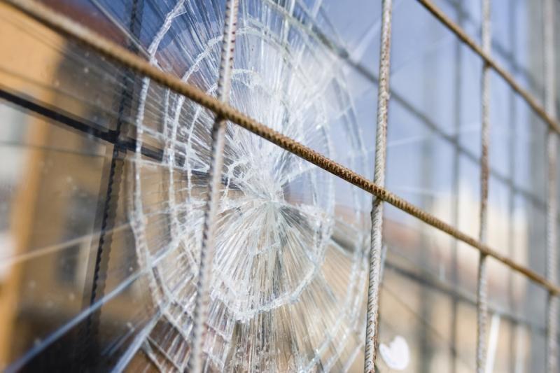 Metalų vagys Klaipėdoje pagrobė universiteto lango rėmą
