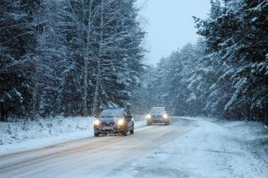 Eismo sąlygos: patariama atidėti keliones į kaimo vietoves
