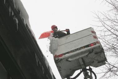 Nuo sniego gali įgriūti daugiabučių namų stogai