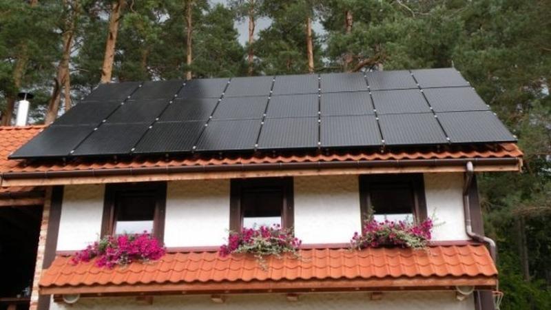 Ant stogo įrengta saulės elektrinė galėtų aptarnauti tris namus