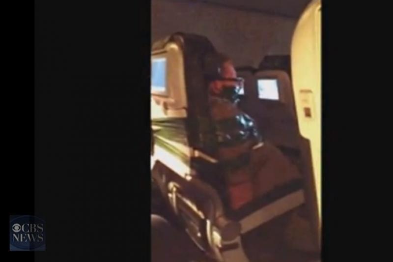Siužete – už sukeltą chaosą lėktuve lipnia juosta priklijuotas vyras