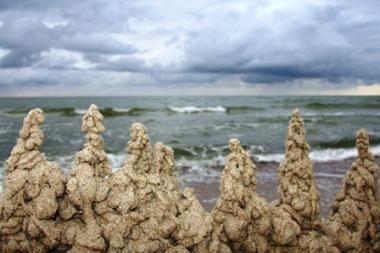 """Vyskupai: """"siekiantieji turtų, statosi pilis ant smėlio"""""""