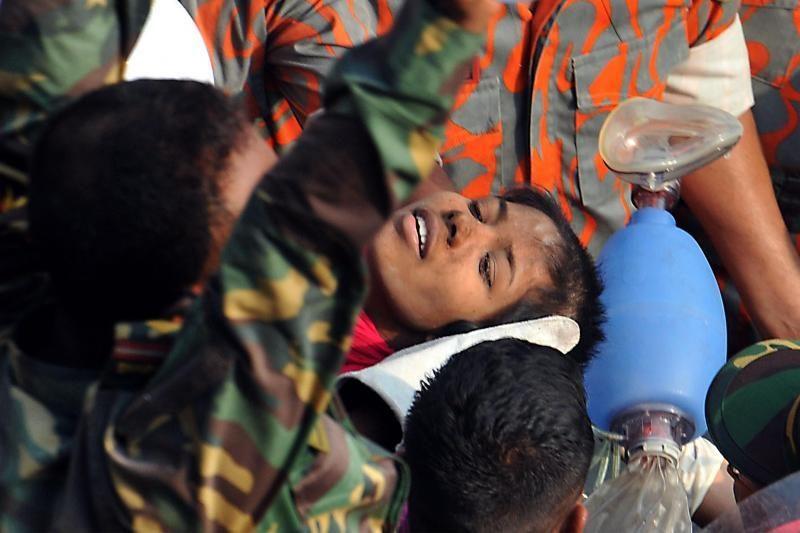 """Bangladeše po griuvėsiais 17 parų išbuvusi moteris """"sparčiai taisosi"""""""