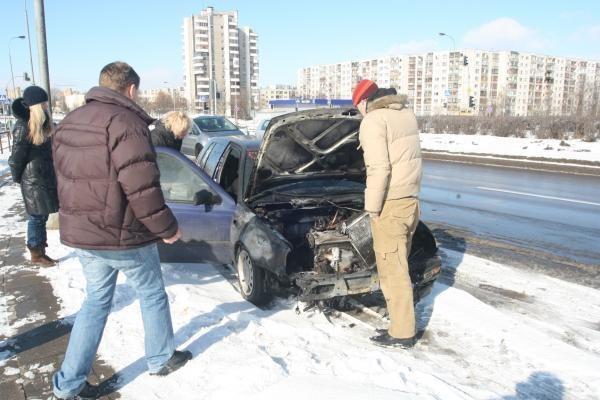 Užsidegus automobiliui, niekas padėti neskubėjo