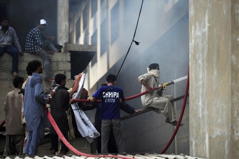 Pakistane per gaisrą drabužių fabrike žuvo mažiausiai 289 žmonės