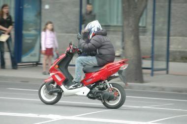 Uostamiestyje susižalojo motorolerio vairuotojas
