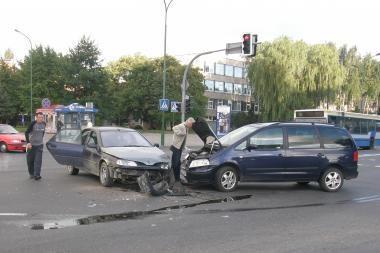 Reguliuojamoje sankryžoje – metalinė avarija