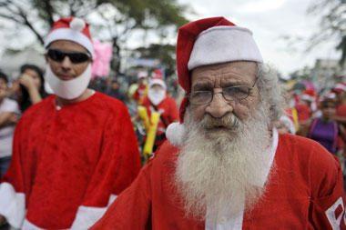 Londone surengtas momentinis Kalėdų Senelių sambūris
