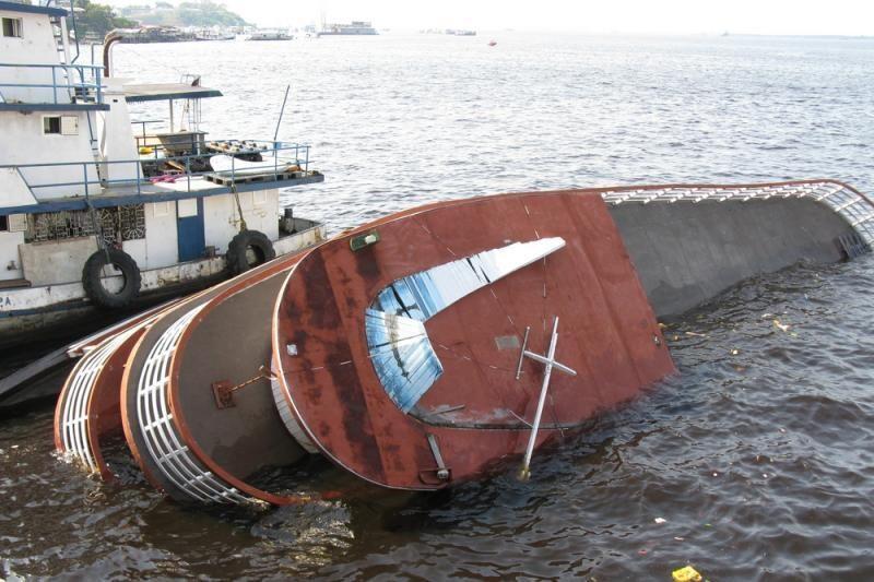 Afrikoje apvirtus laivui su 60 žmonių, rastas tik vienas gyvas