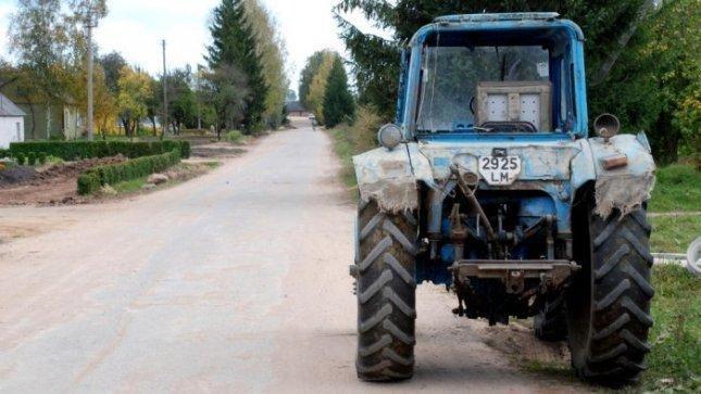 Pasipiktinę žemdirbiai sovietiniu traktoriumi keliaus į Briuselį