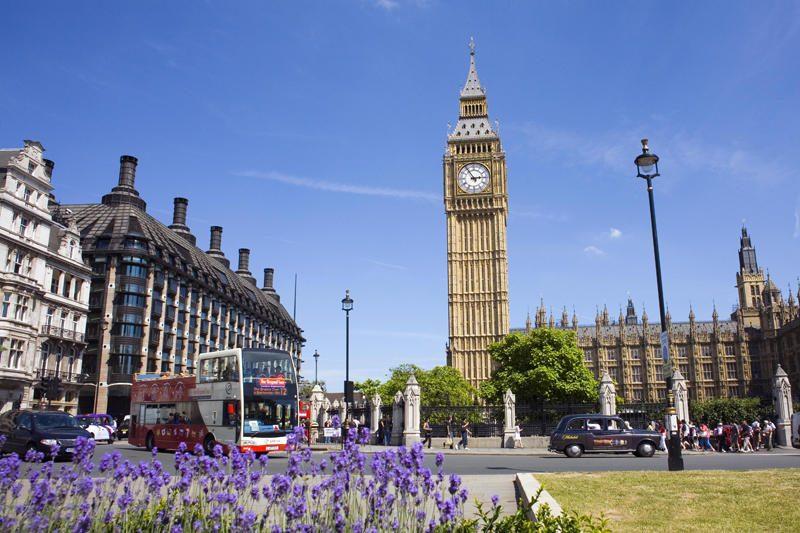Iš D.Britanijos parlamento pavogta alaus, šampano ir kompiuterių