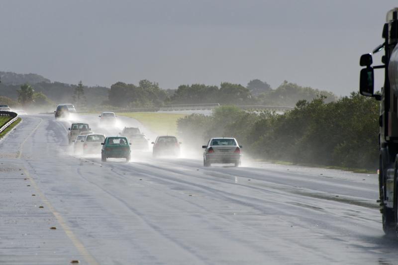 Kaip saugiai vairuoti automobilį lyjant lietui