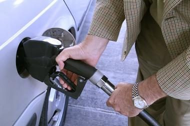 Naftos žaliava vėl pinga