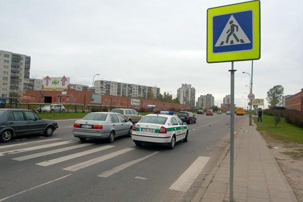 Vilniuje motociklininkas parbloškė per perėją ėjusią pėsčiąją