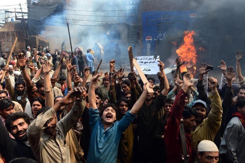 Pakistane įpykę musulmonai sudegino per 100 krikščioniškų namų