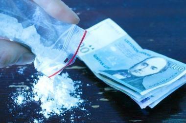 Narkotikais porelė prekiavo automobilyje