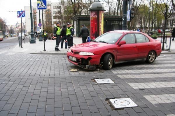 Gedimino prospekte automobilis įsirėžė į pakeltą užtvarą
