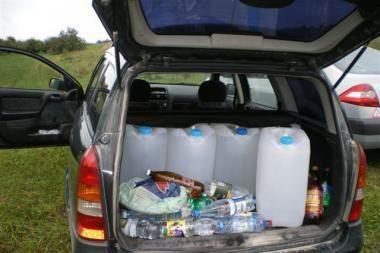 Moteris automobiliu gabeno 230 litrų spirito