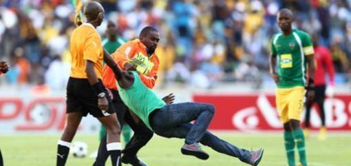 Pietų Afrikoje futbolo sirgalius teisėją talžė vuvuzela