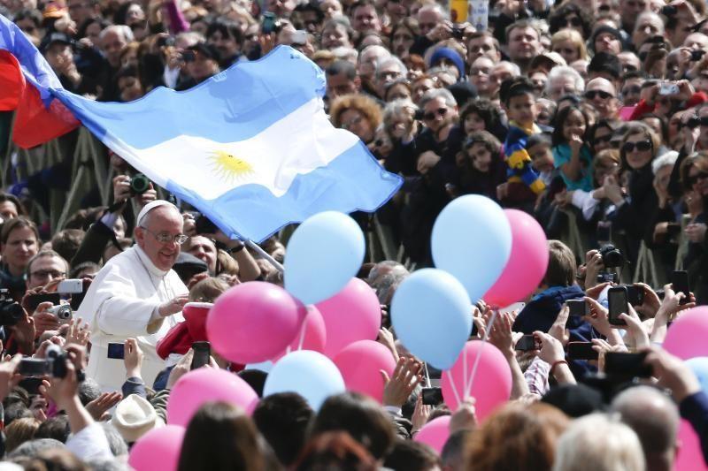 Popiežius per savo pirmąjį Velykų palaiminimą meldė taikos  (foto)