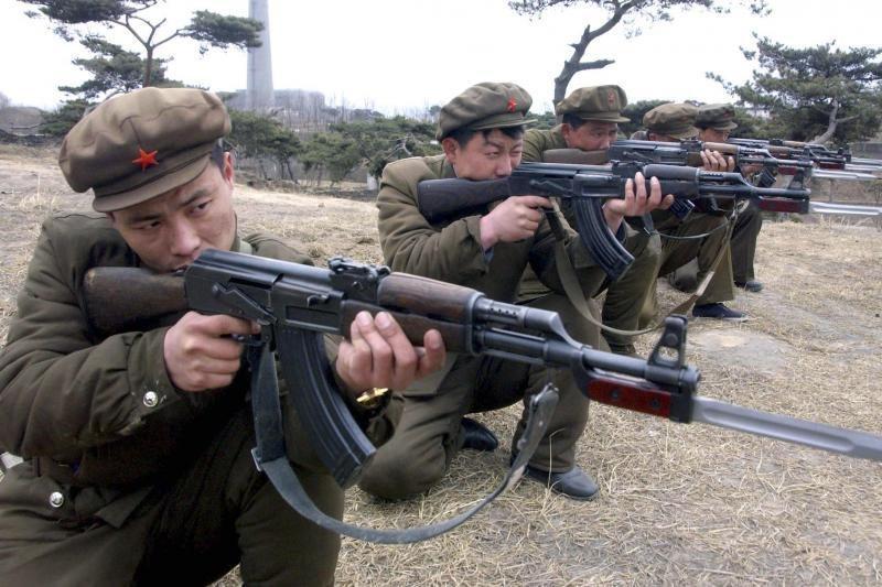 Šiaurės Korėja surengė karines pratybas su koviniais šaudmenimis