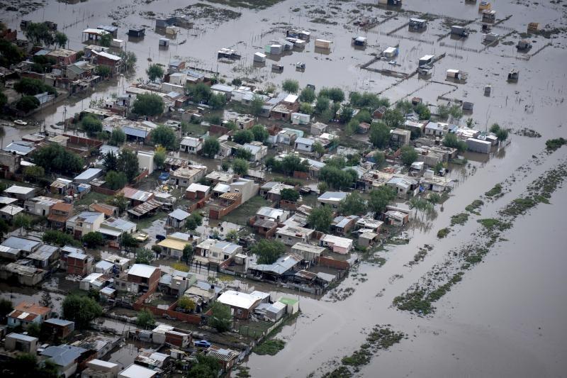Argentinoje potvyniai nusinešė 54 gyvybes ir sukėlė chaosą