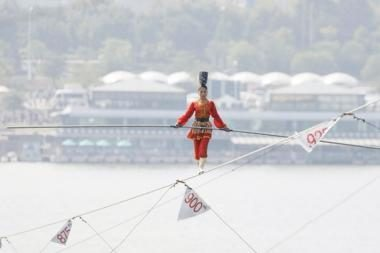 Bebaimiai akrobatai lynu ėjo virš upės