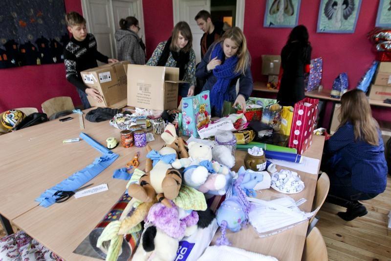 Savanoriai moksleiviai ruošia dovanėles nepasiturintiems