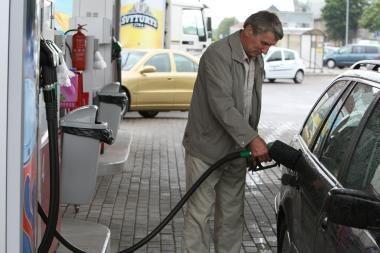 Toliau mažėja naftos ir degalų kainos