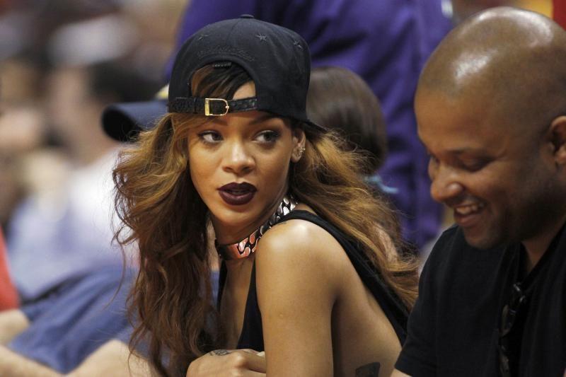 Su smurtaujančiu vaikinu susitaikiusi Rihanna laukiasi?