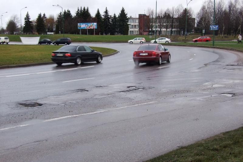 Dauguma rajoninių kelių apledėję, eismą sunkina ir krituliai