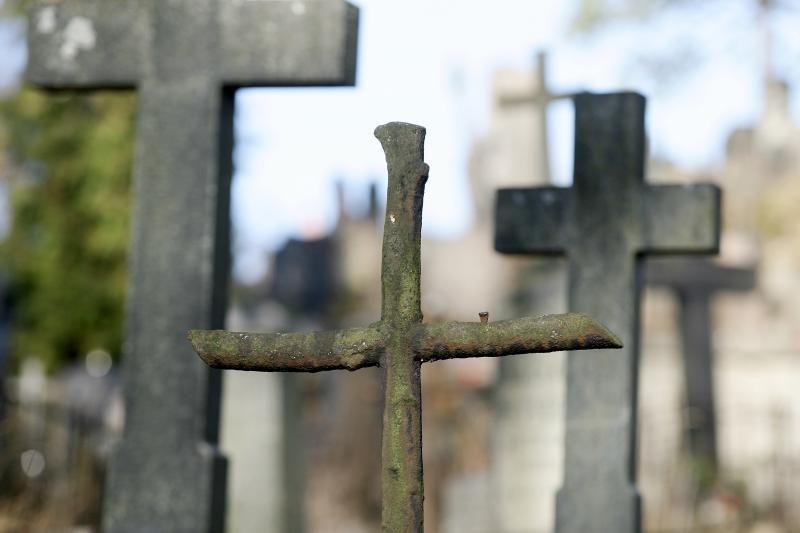 Radviliškio kapinėse nuversta ir sulaužyta 14 paminklų