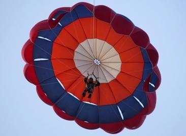 Nuo daugiaaukščio nušokęs parašiutininkas suniokojo automobilį