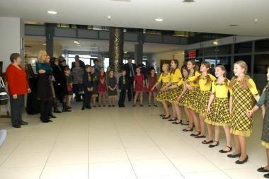 Staigmena apsilankiusiems savivaldybėje – šokiai, dainos, rankdarbių paroda