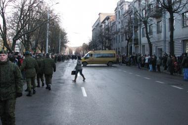 Kariuomenės parado dalyvius trikdė mikroautobusas